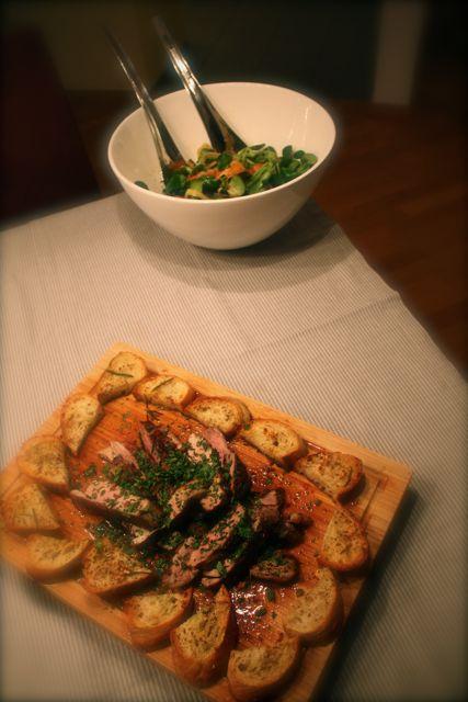 Gebratene Ente mit buntem Salat und Croûtons